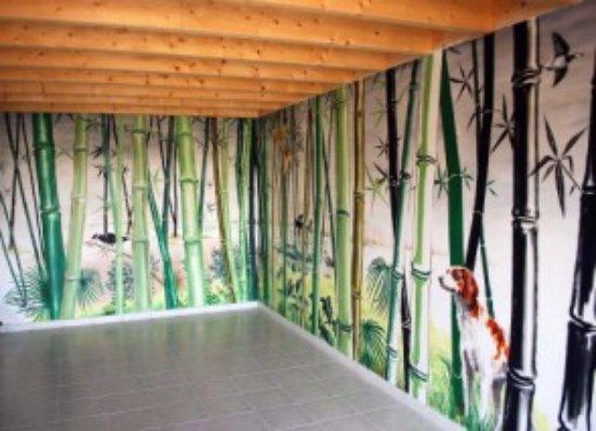 Naussac, France: salle commune,bibliothèque et fresque d'artiste