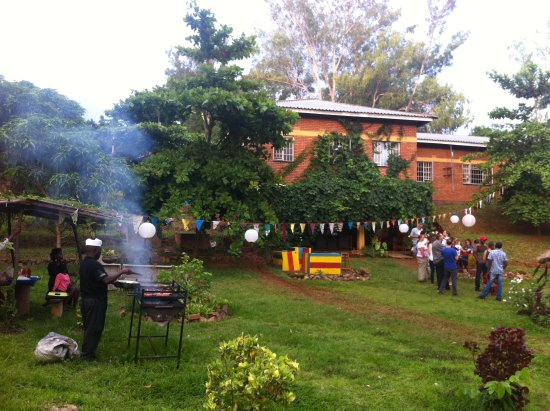 Pakachere Backpackers: Enjoying a barbeque and party in the garden