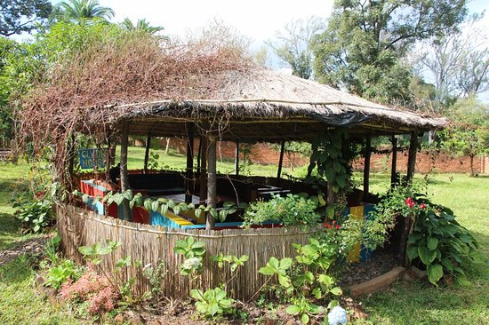 Pakachere Backpackers: Relaxing in a summer hut