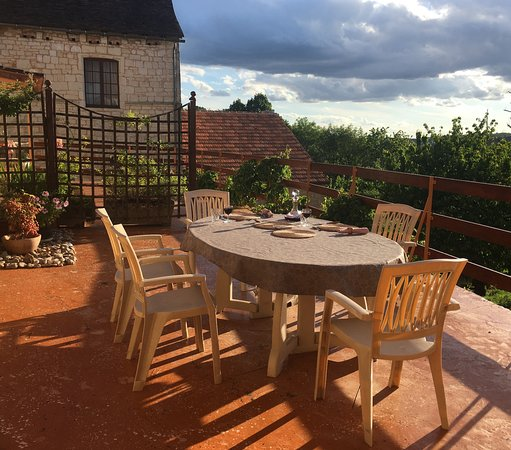 Montcabrier, Frankrike: Dinner on the terrace, with its panoramic view of the surrounding woodland