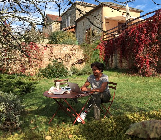 Montcabrier, Frankrike: Writer's residency in autumn :  the weather was so good that the writer could work in the garden