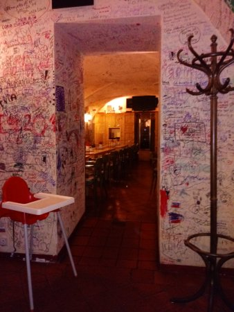 Malostranske hospudky U Tri Zvonku: U Tri Zvonku - Interior with customer graffiti on walls