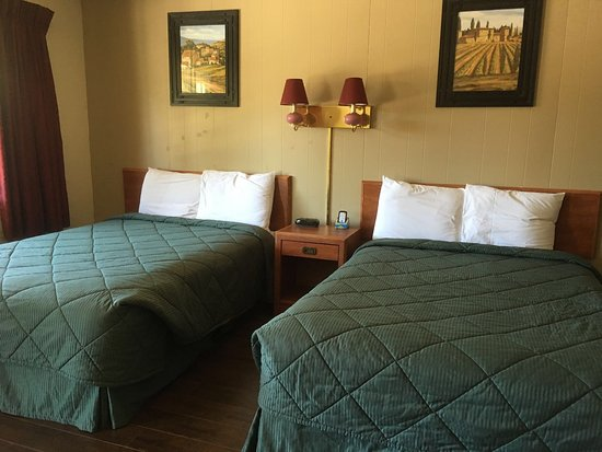 Colfax Motor Lodge: Room