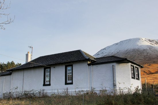 Bridge of Orchy, UK: Taransay Cottage with 3000ft mountains behind.