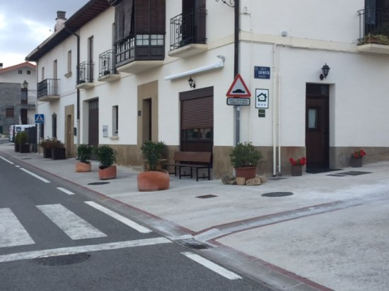 Zizur Mayor, Spain: Altikarra II-entrada y mirador. Toda la casa y gran parte del pueblo, adaptado para silla de rue