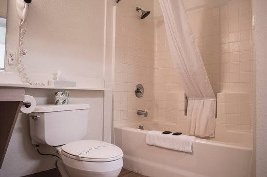Siegel Select - Las Vegas Boulevard: Spacious bathroom in every room complete with a rainfall shower head.