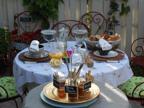 La Croix-en-Touraine, Francia: Petit déjeuner en terrasse