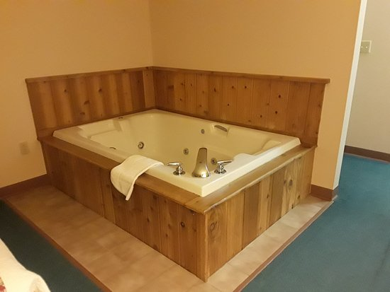 Iron River, MI: Jacuzzi Tub in the Bedroom - non-Smoking & Pet Free Room