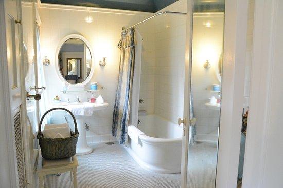Motel En Suite Bathrooms: Thornewood Castle Inn And Gardens (Tacoma, WA)