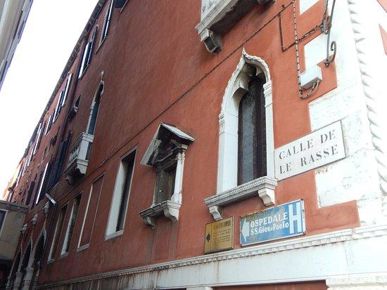 Hotel Commercio & Pellegrino: Esquina del embarcadero y calle del Hotel.