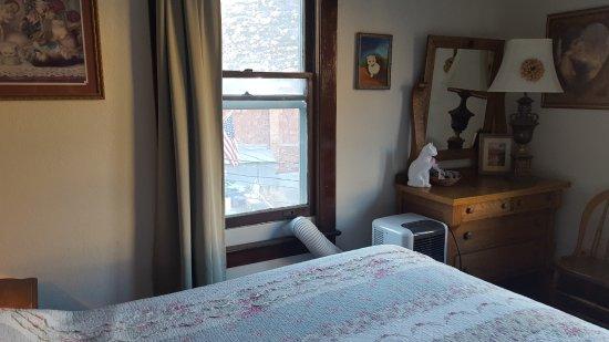 "Hotel La More / The Bisbee Inn: Cat-themed decor (""haunted cat"" room)"