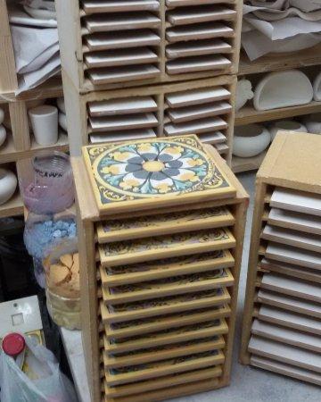 Piastrelle Di Ceramica Decorate.Piastrelle In Lavorazione Alcune Decorate Ceramiche
