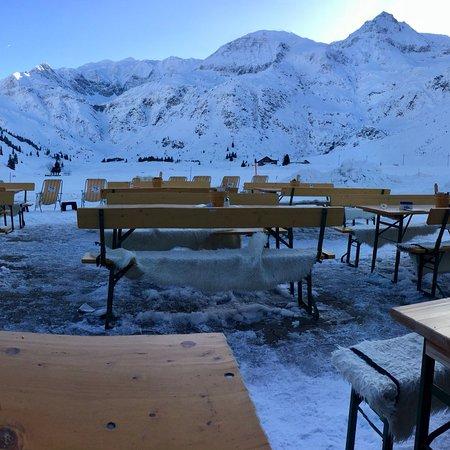Alpen Restaurant Valeriehaus: Dopoledne a v poledne za sluneho pocasi, s nadhernym vyhledem na okolni zasnezene vrcholky hor.