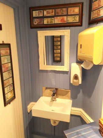 """JJ's Restaurant: """"Geld stinkt nicht ...."""" - Toilettenvorraum im JJ's"""
