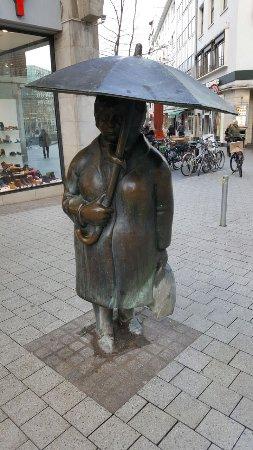 """Skulptur """"Mann mit Regenschirm"""""""