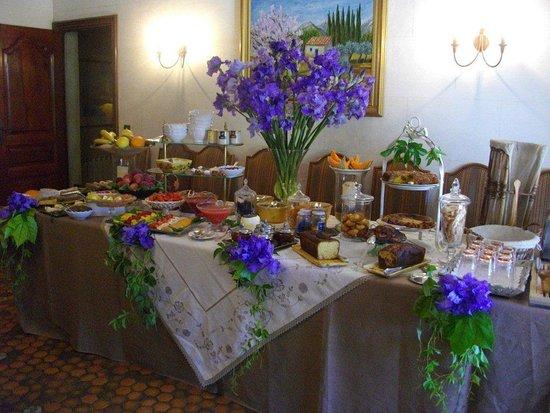 Aureille, Γαλλία: le buffet du petit déjeuner