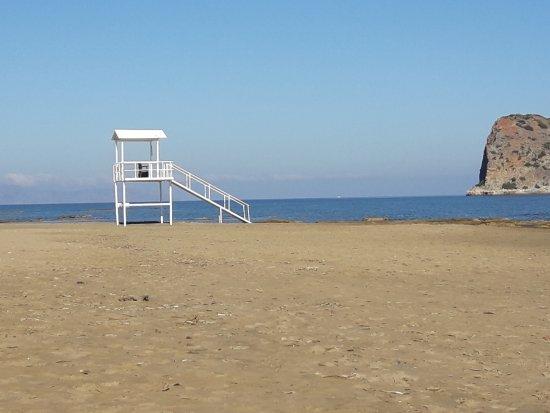 Agia Marina, Griekenland: Η παραλία κάτω από το ξενοδοχείο