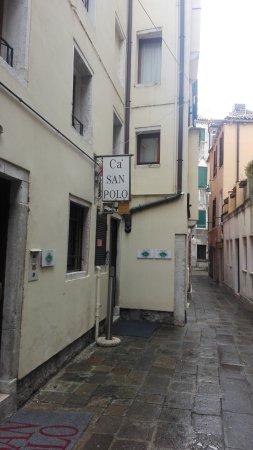 Ca' San Polo: Ingang aan een smal straatje
