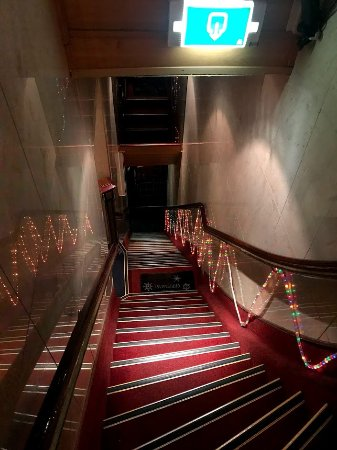 Hotel Nadia: Staircase up to the main lobby
