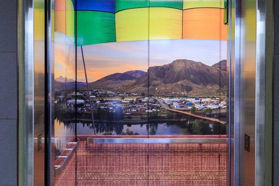 Accent Inn Kelowna: Hot air balloon elevators!