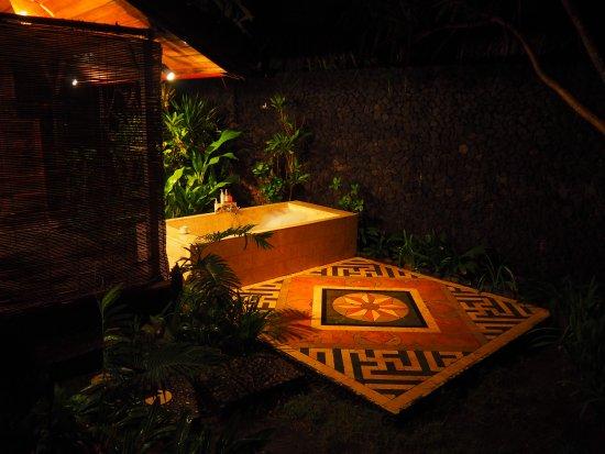 Jasri Bay Hideaway: open air bathroom