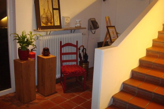 Altstadt-Hotel Passau: Bottom of staircase and decoration