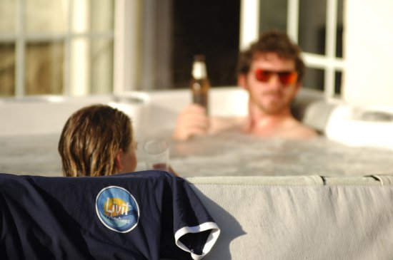 Northam, UK: Hot tub at the Livit Adventures house in Croyde