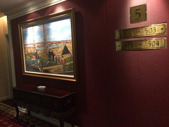 Kartika Chandra Hotel: Koridor menuju kamar dengan lukisan yang bagus