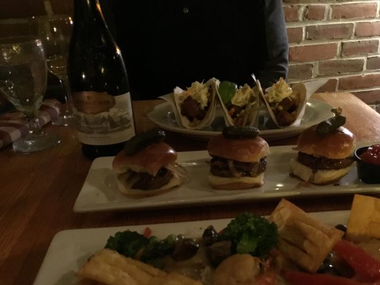 Plymouth, NH: Foster restaurant inside common man inn -pork taco & burger slider, green curry shrimp