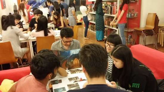 Meeples Cafe: Playing games
