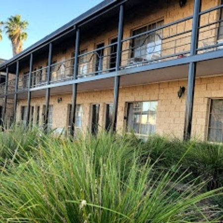 Mulwala Paradise Palms Motel: Fresh Paint of the Outside of Motel