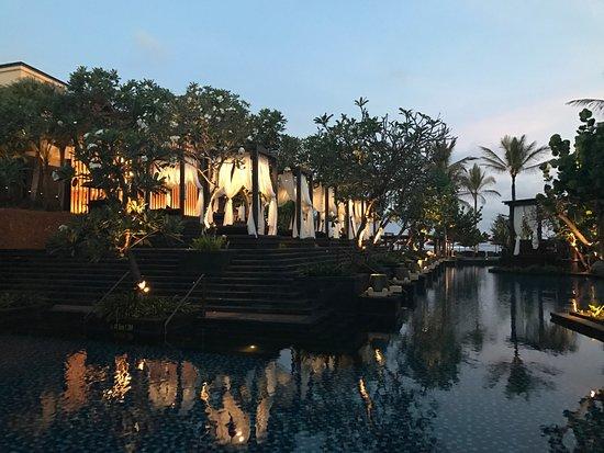 The St. Regis Bali Resort: вечерние бассейны