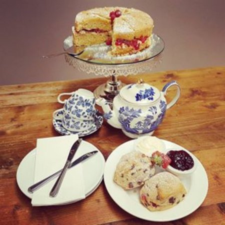 Holmes Chapel, UK: Lovely cakes and coffee shop.