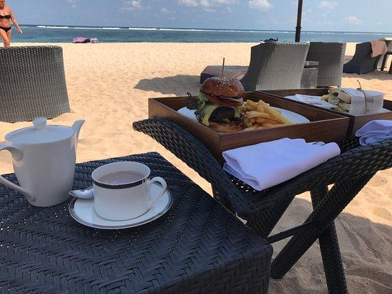 The St. Regis Bali Resort: обед у моря
