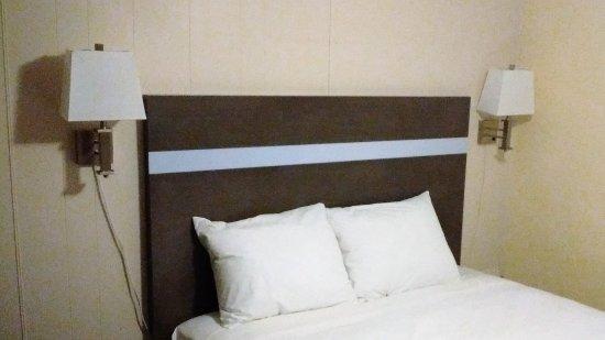 Holiday Motel & RV Resort: Notre chambre 4 / Lit propre et confortable