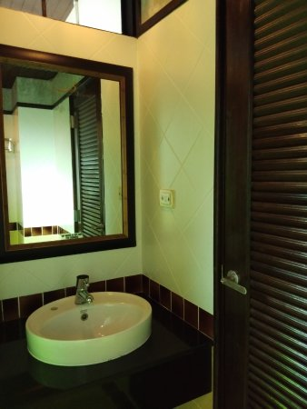 Lanta Mermaid Boutique House: Good size bathroom!