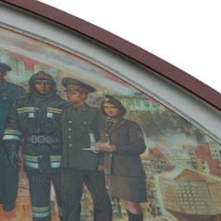 Мона Лиза смотрит на нас с картины на пожарной каланче в