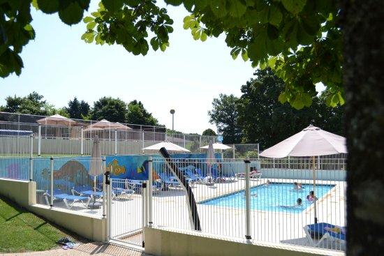 Montbron, France : Verwarmd kinderzwembad