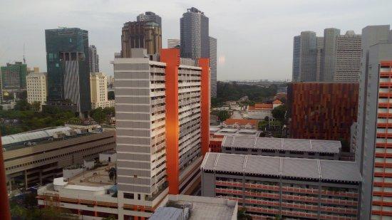 Ibis Singapore on Bencoolen: El edificio con paneles de color cobrizo es un centro comercial cercano