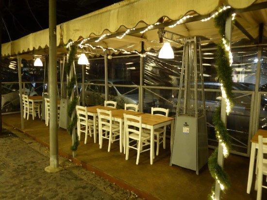 I tavoli all 39 aperto con gli indispensabili d 39 inverno funghi foto di sale e farina roma - Ristorante con tavoli all aperto roma ...