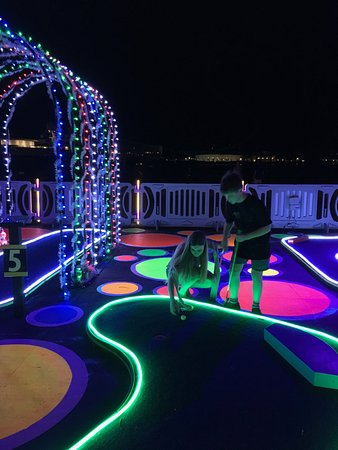 Grandview Gardens Bed & Breakfast: Free neon mini golf on Clematis street