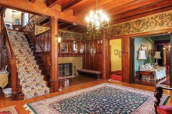Saravilla Bed and Breakfast: Main Entry Hall
