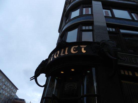 Cafe Riquet : слоны на фасаде