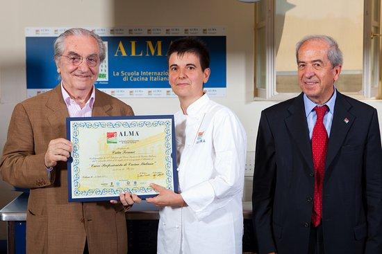 Marano sul Panaro, Italy: Il gran Maestro Gualtiero Marchesi consegna il diploma alla neo Chef Catia Fornari