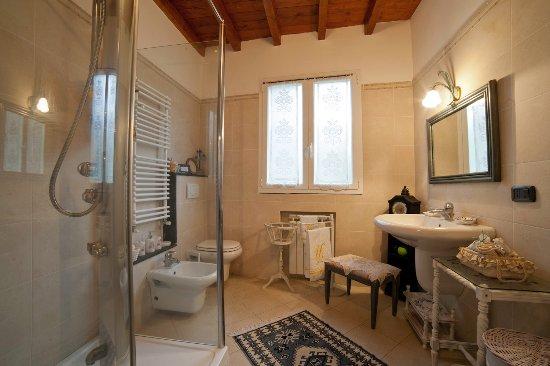 Bagno al primo piano con doccia idromassaggio - Ragazze al bagno ...