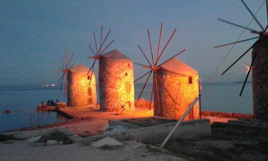 Vrontados, กรีซ: Abends schön angeleuchtet