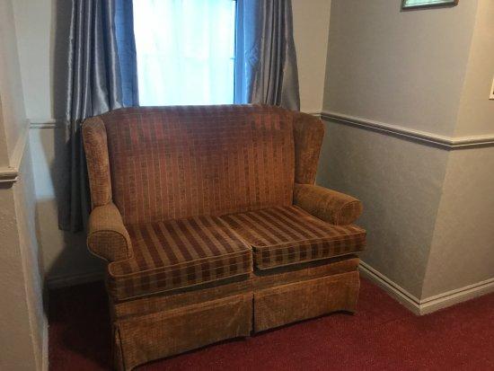 Eviston House Hotel: well worn hallway decor