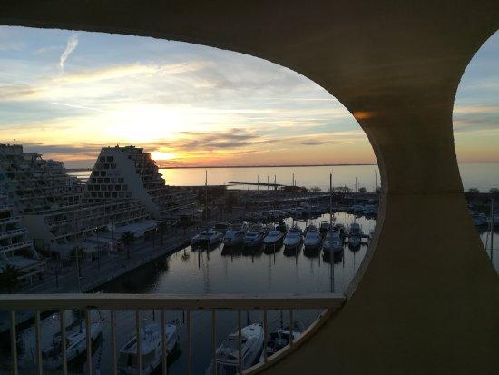 Mercure La Grande Motte Port : Lever du soleil depuis le balcon de la chambre
