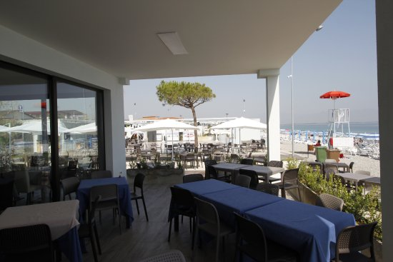 I tavoli del Tropix nel terrazzo, a pochi passi dal mare - Picture ...