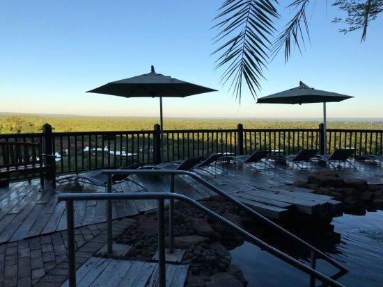 Victoria Falls Safari Club: プールサイドからは地平線が見える